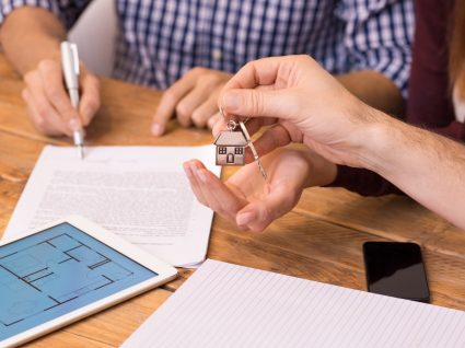 pessoa a vender casa e assinar contrato
