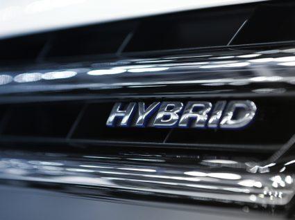 close-up na designação híbrido de um carro