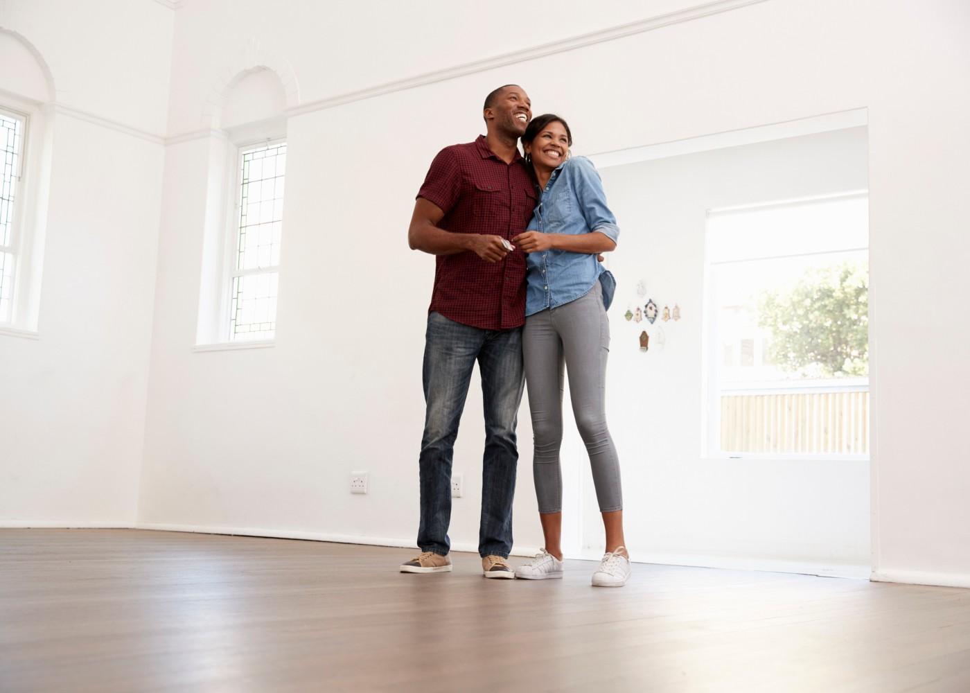 casal acaba de entrar na sua casa nova
