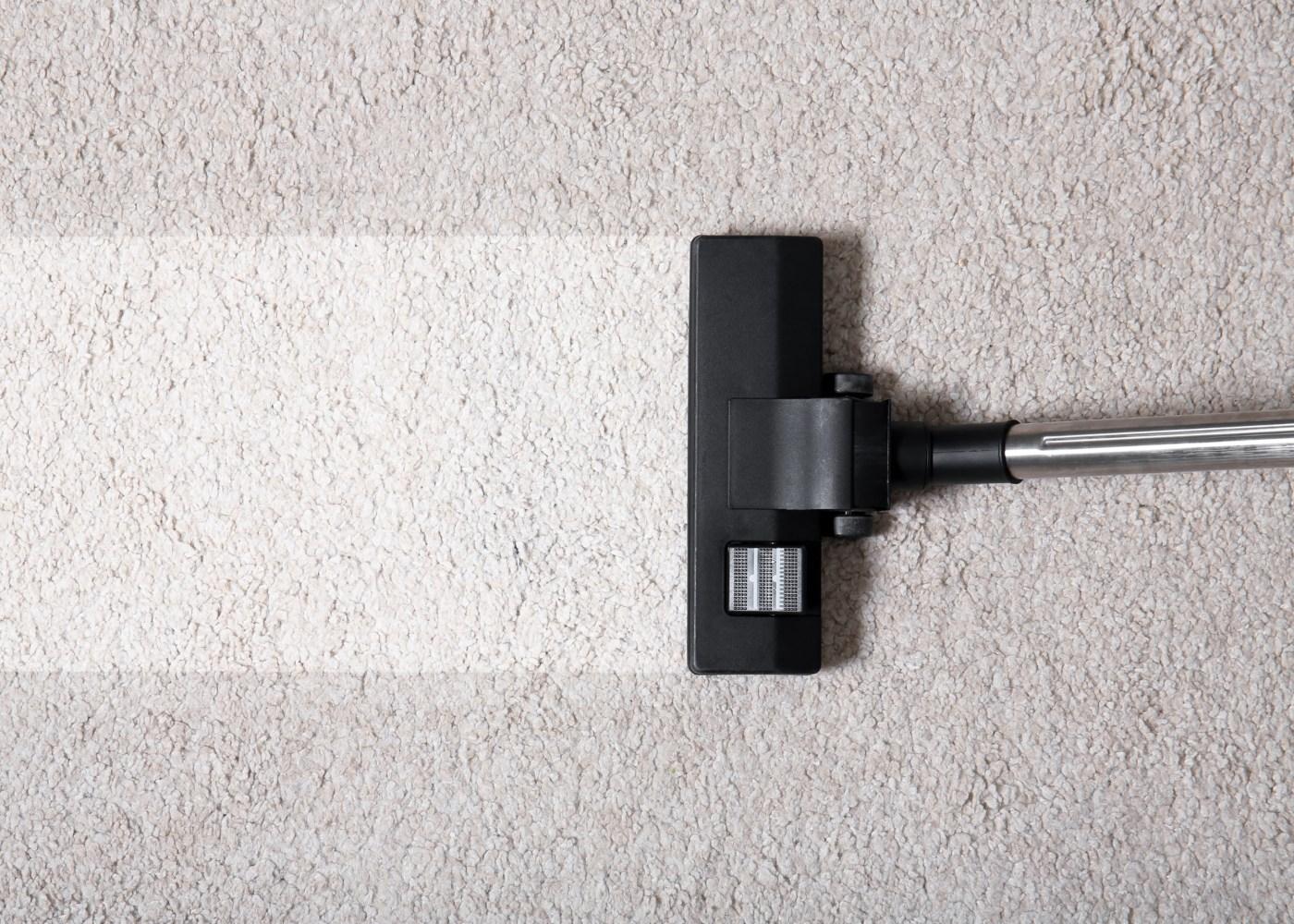 como limpar machas de carpetes com aspirador