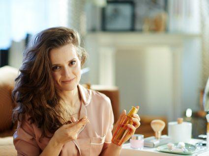 Mulher a usar cremes anti-envelhecimento
