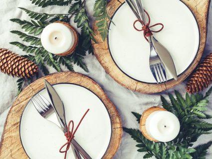 mesa de natal com elementos naturais