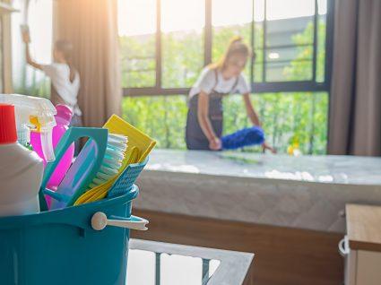 empregadas de empresa de limpeza a limpar quarto