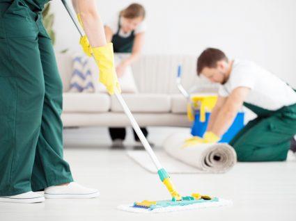 empregados de empresa de limpeza a arrumar sala