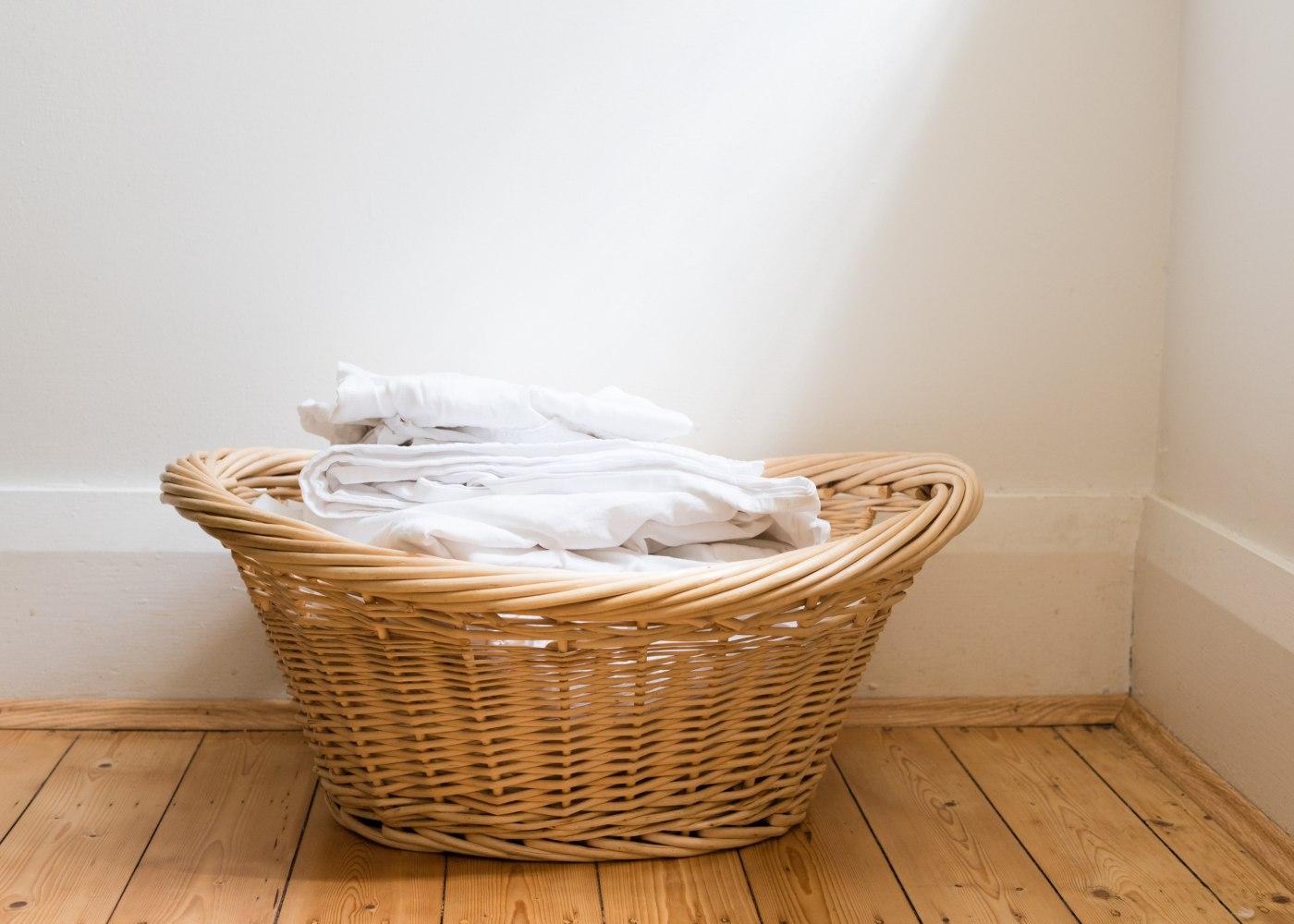 roupa seca no cesto depois de se lavar os lençóis