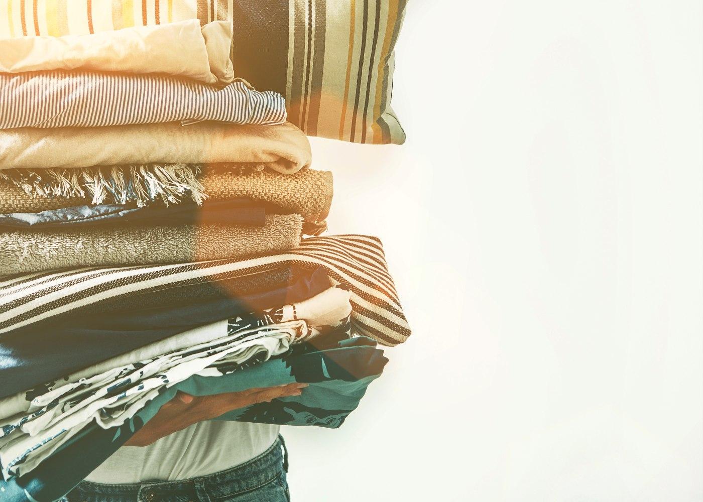 pessoa a segurar roupa lavada