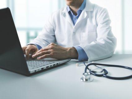 médico a preparar consulta de medicina do trabalho