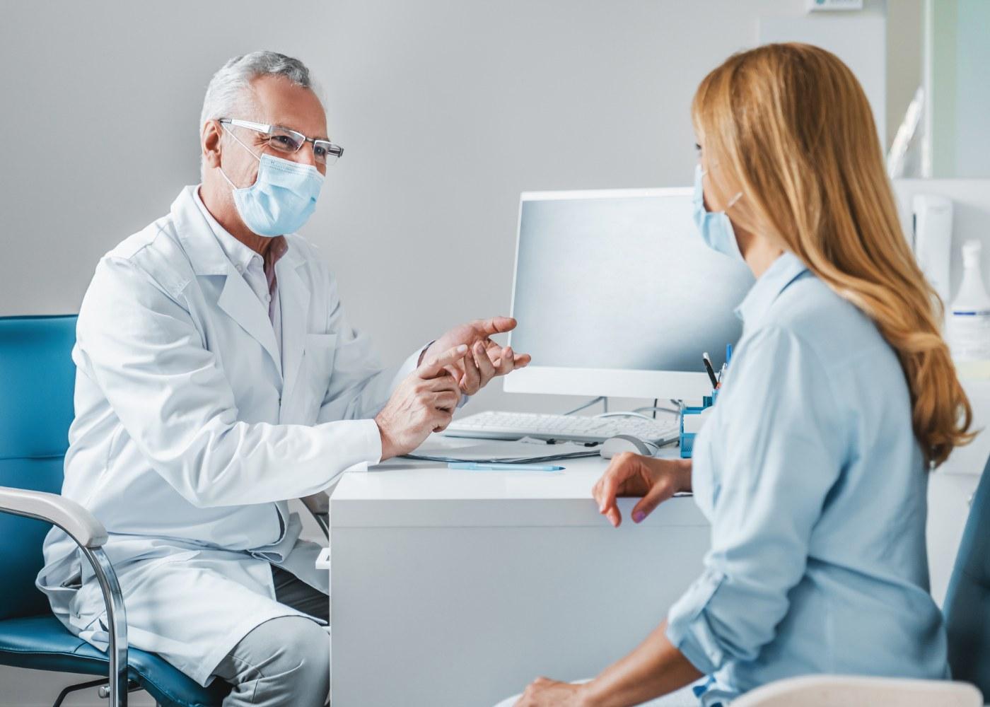 mulher em consulta de medicina do trabalho em pandemia