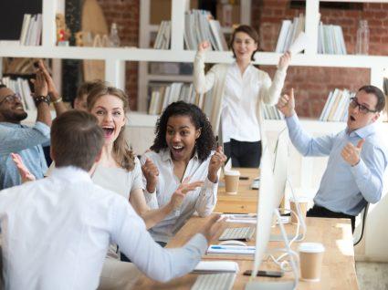 trabalhadores a celebrar conquista de um colega