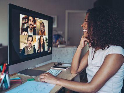 reunião de equipa virtual a mostrar motivação no trabalho
