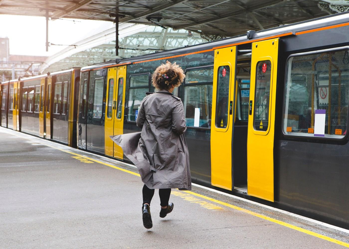 mulher a entrar no comboio