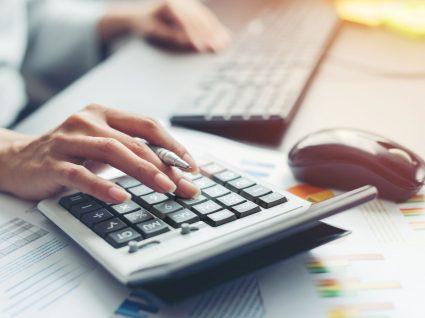 pessoa a calcular salário com base no recibo de vencimento