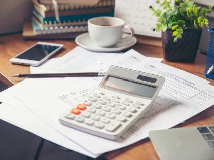 recibos de vencimento e máquina de calcular para averiguar remuneração base ilíquida