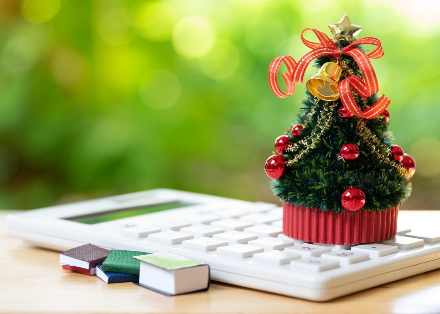 mini árvore de natal em cima de uma calculadora