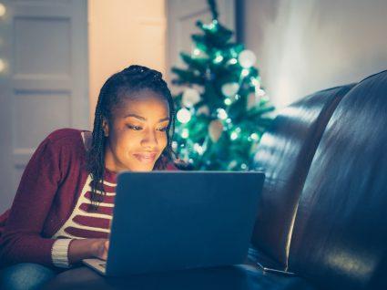 mulher a ver algo no computador