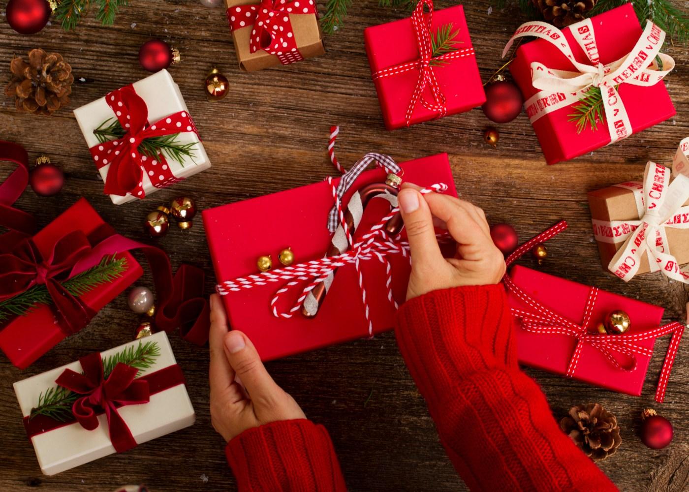 mãos a embrulhar prendas de natal