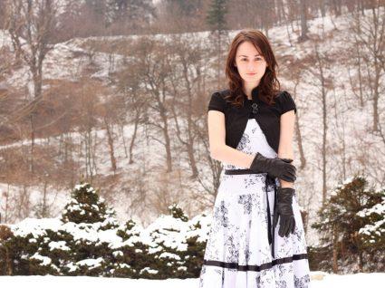 Mulher com vestido de verão no inverno