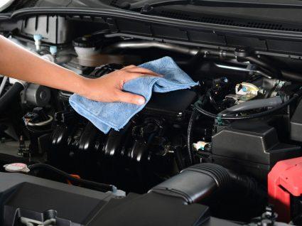 pessoa a limpar um dos motores a diesel mais fiáveis