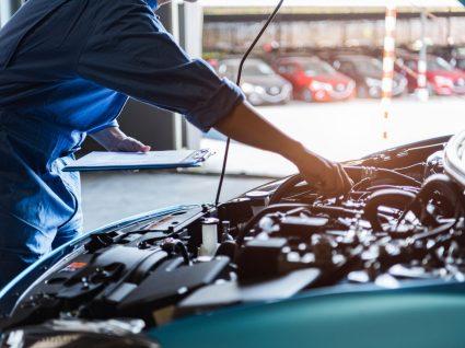 mecânico a ver um dos motores a diesel mais fiáveis