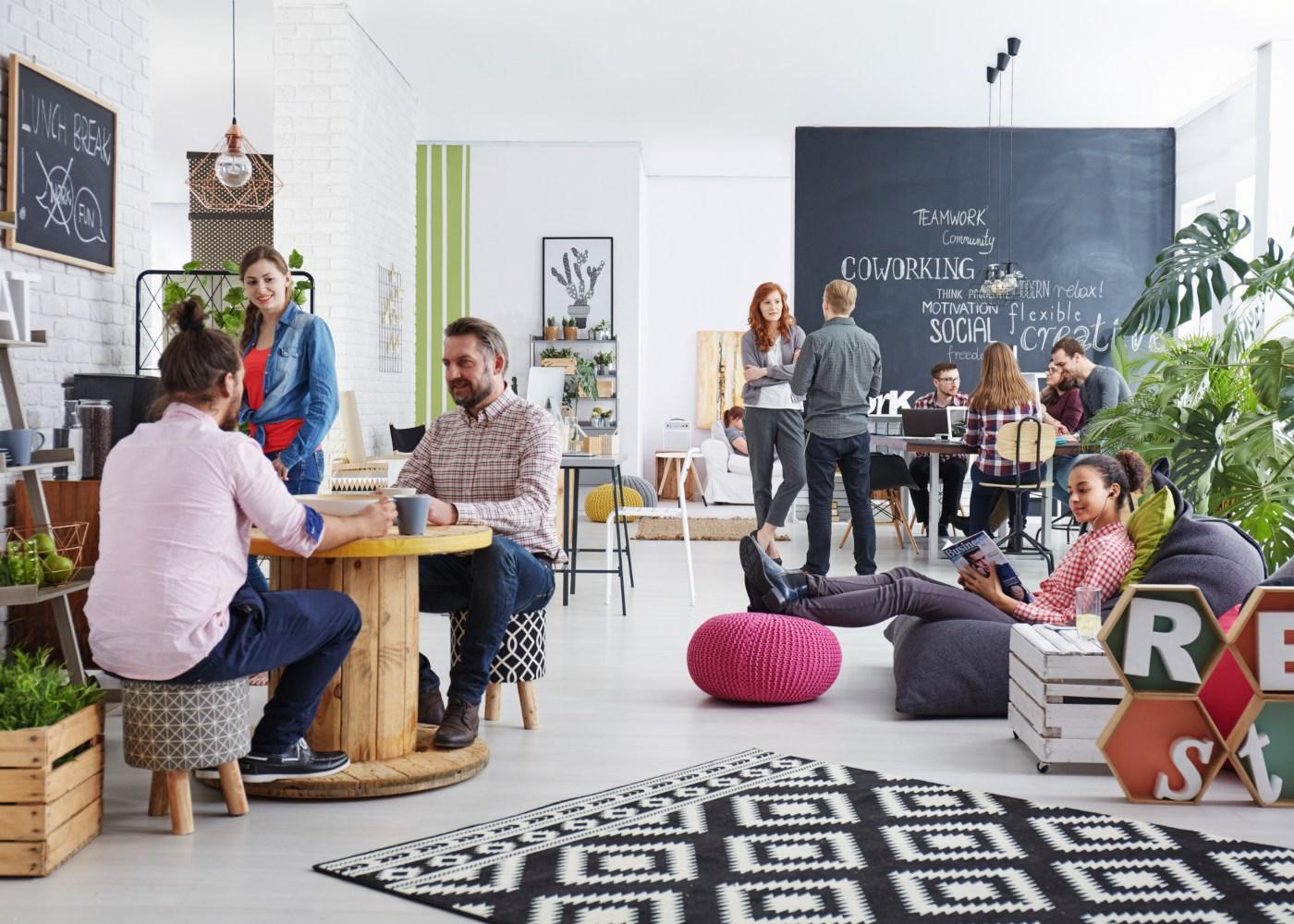 pessoas a almoçar na copa de um escritório