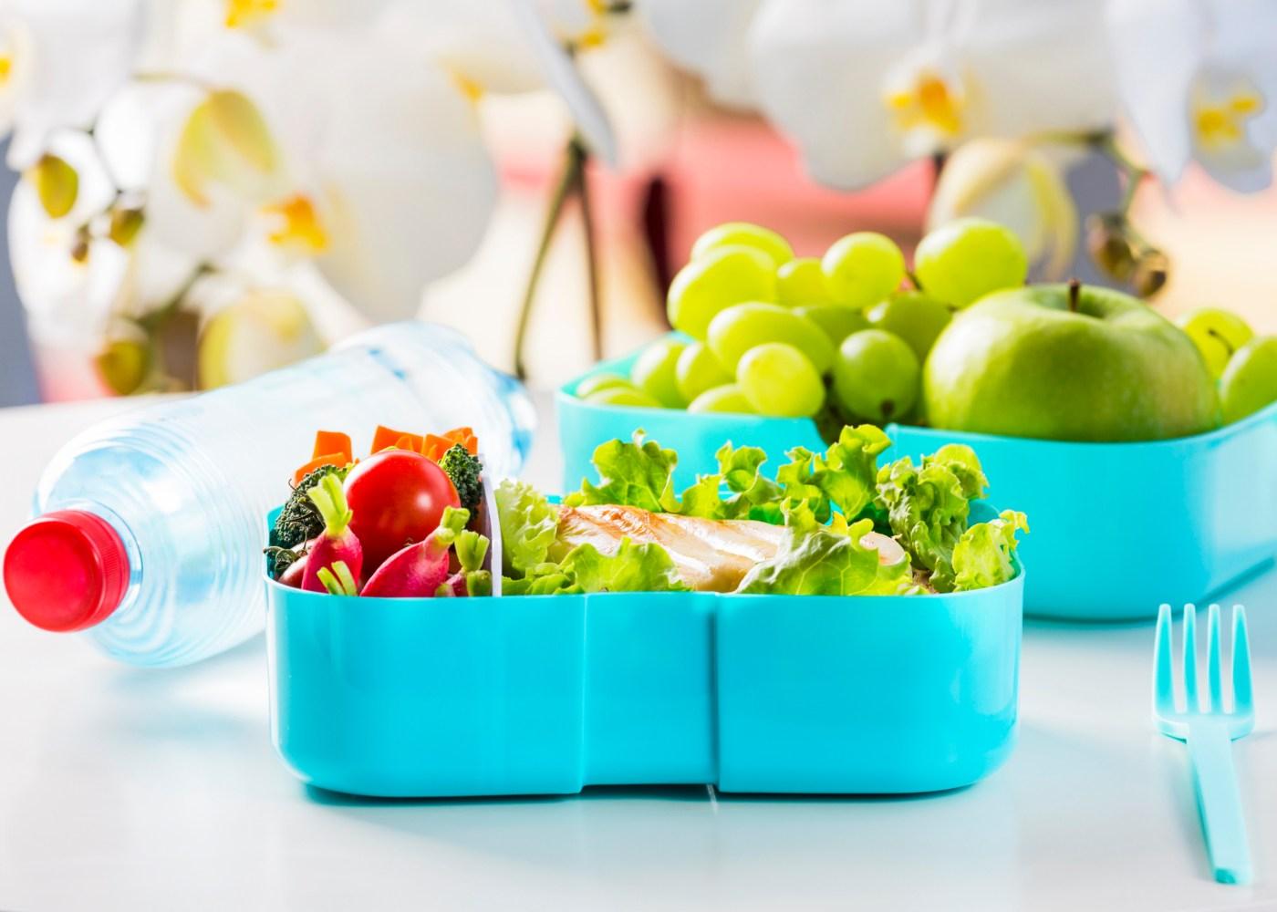 marmita com salada e outra com fruta