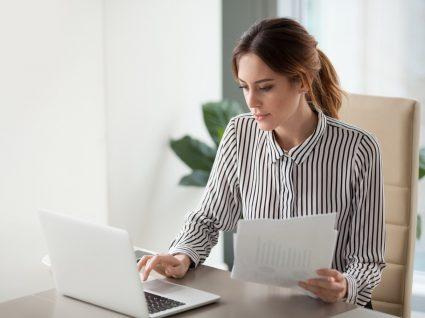 jovem a trabalhar ao computador