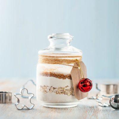 frasco com ingredientes para bolo