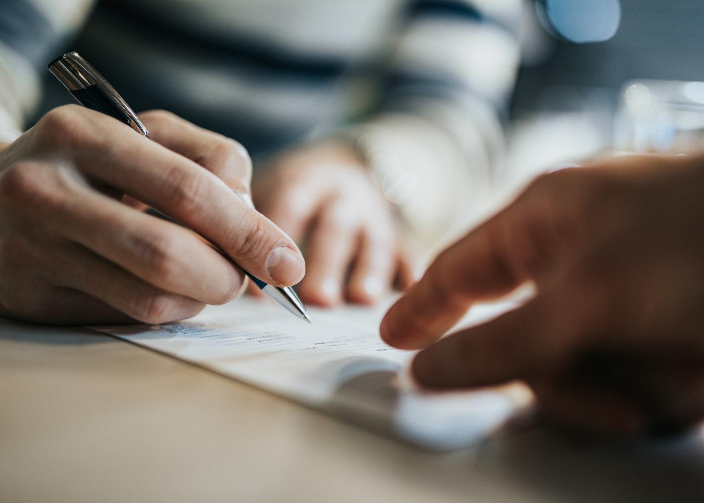 pessoa a assinar documento