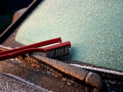 escova em cima de carro para saber como tirar gelo do pára-brisas