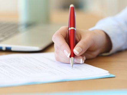 pessoa a assinar um contrato sem termo