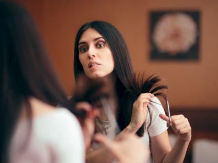 Mulher a cortar o cabelo sozinha