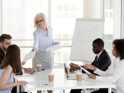 chefe na reunião a delegar tarefas aos colaboradores