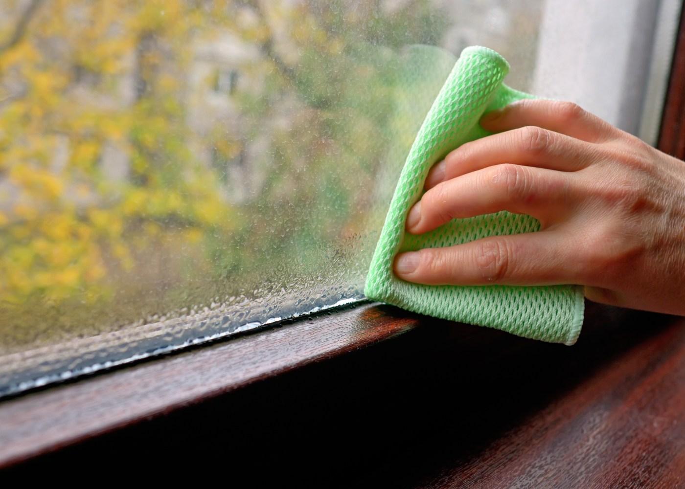 pessoa a limpar beira da janela