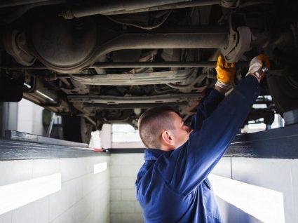 Mecânico a inspeccionar carro