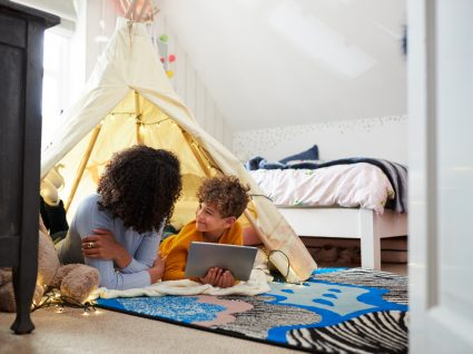 mãe a falar com filho numa tenda tipi