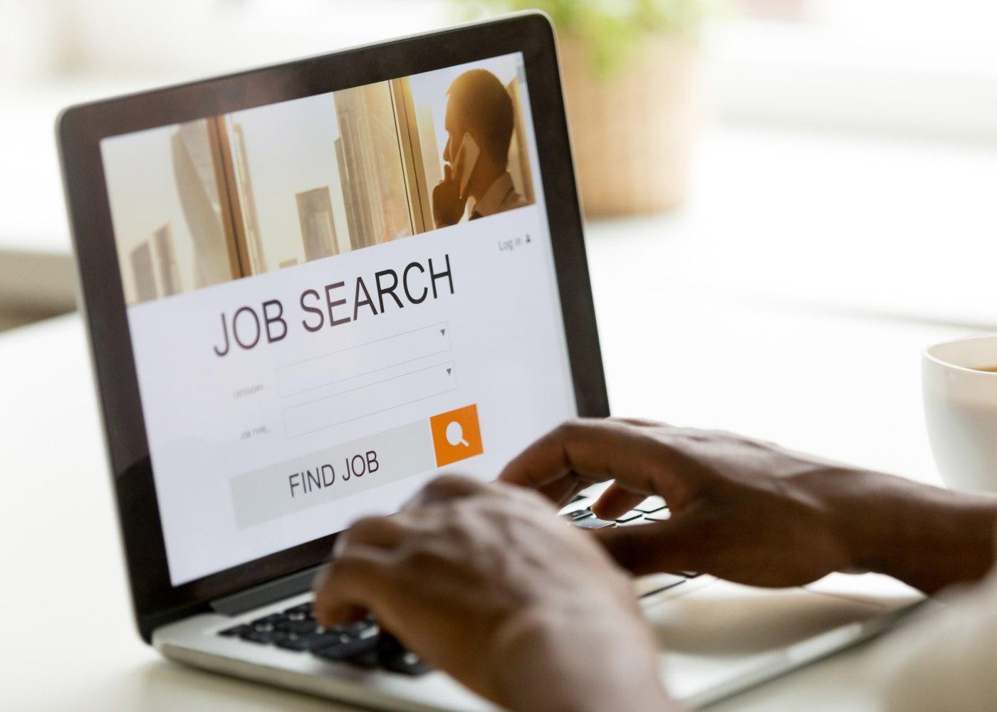 pessoa no computador a consultar os melhores sites de emprego