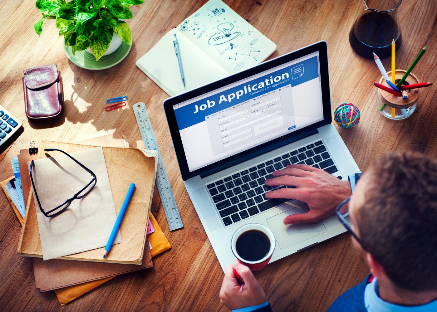 pessoa ao computador a procurar emprego online