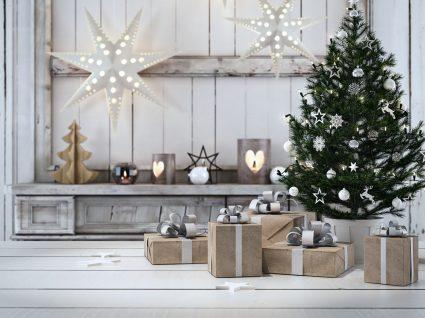 árvore de natal montada com presentes em baixo