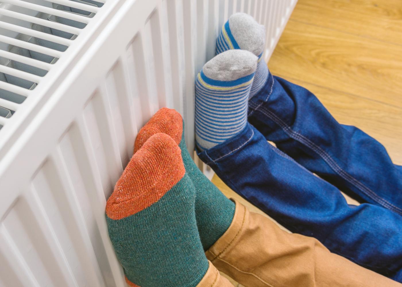 pés encostados ao aquecimento central