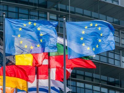 diversas bandeiras de países da União Europeia
