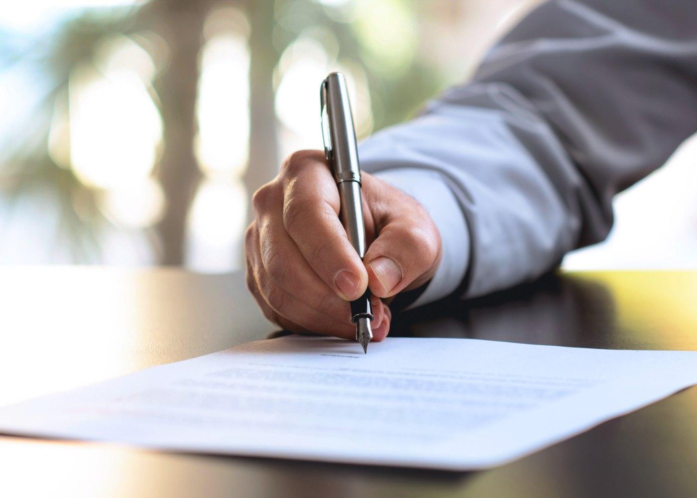 trabalhador a assinar rescisão do contrato
