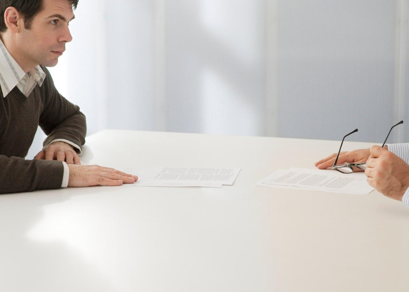 trabalhador a conversar com o empregador sobre a rescisão do contrato