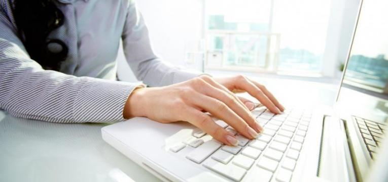 mulher a usar computador
