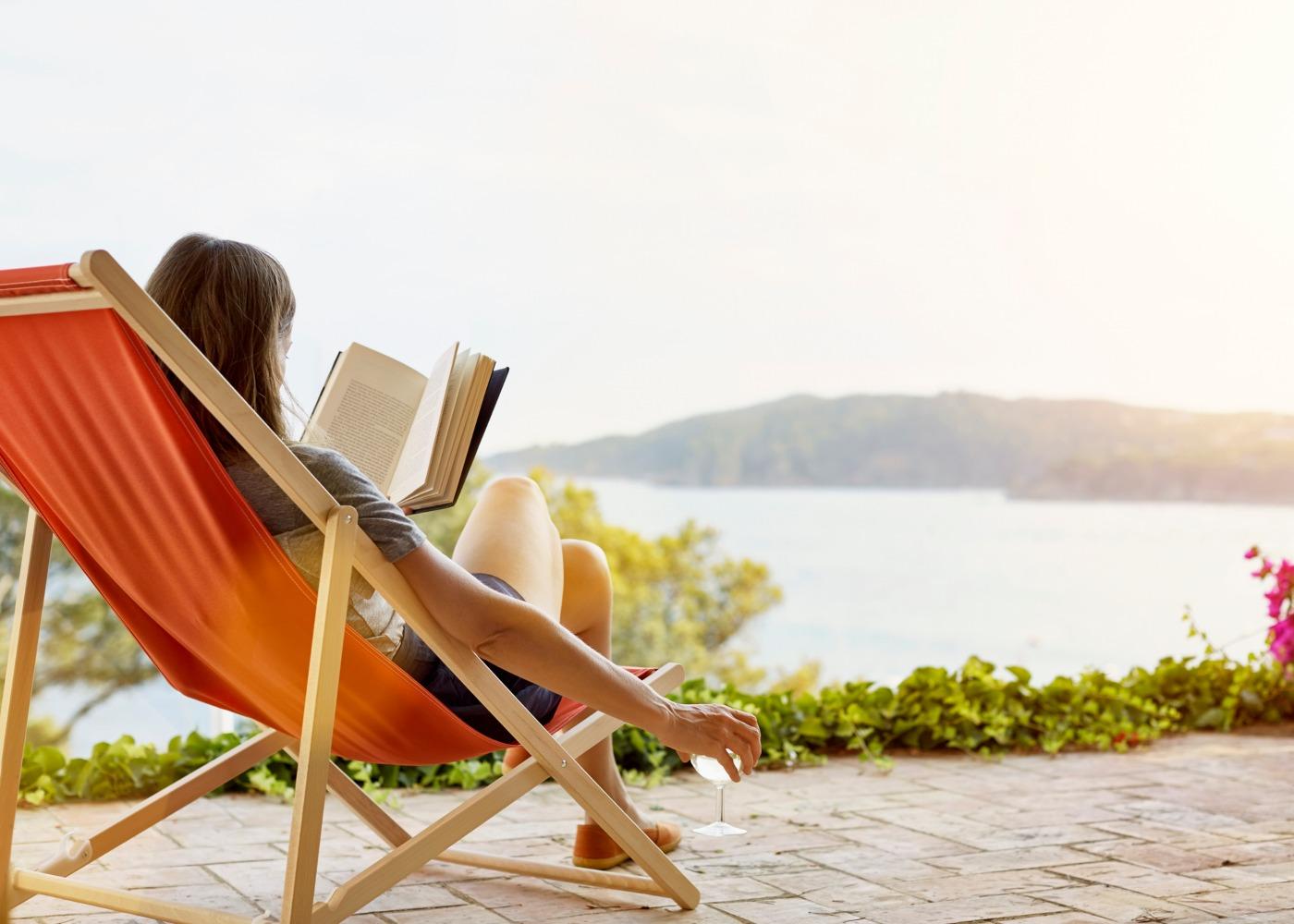 mulher de férias a ler no exterior