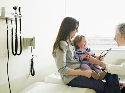 mãe a usufruir do direito a baixa para apoio à família com a filha no médico