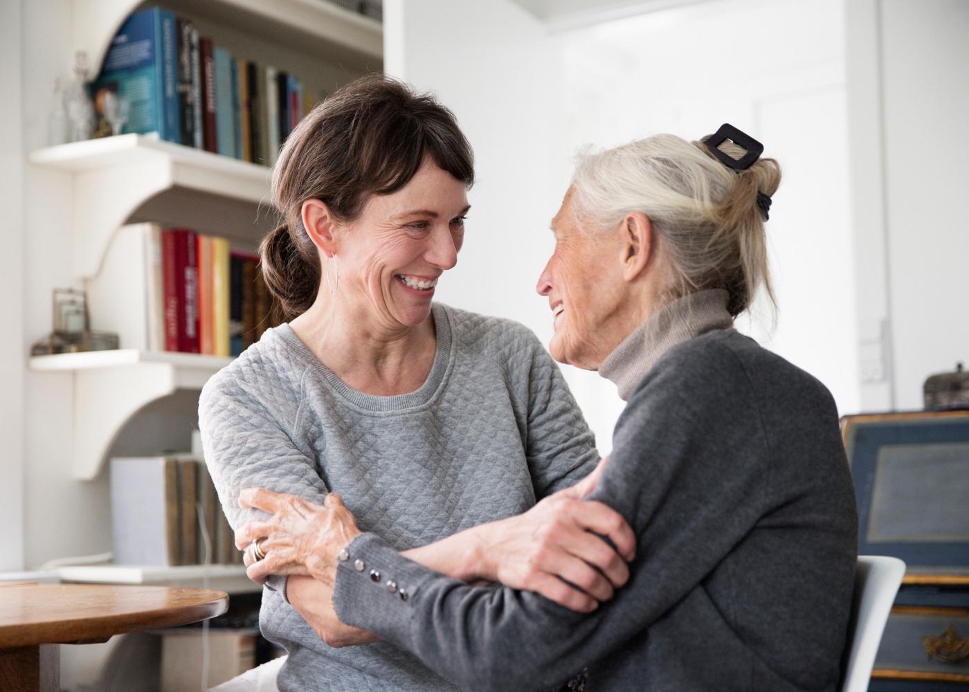 mulher a usufruir do direito a baixa para apoio à família com mãe idosa