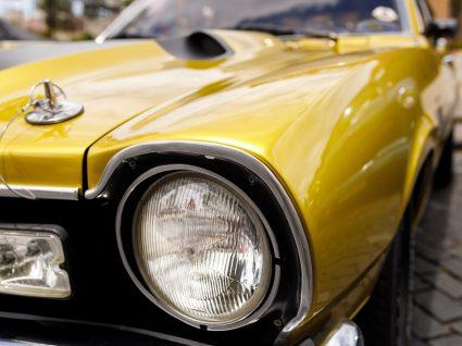 close up da frente de um carro de uma das marcas automóveis esquecidas
