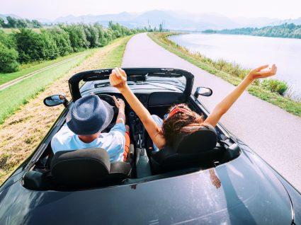 casal a andar num carro descapotável