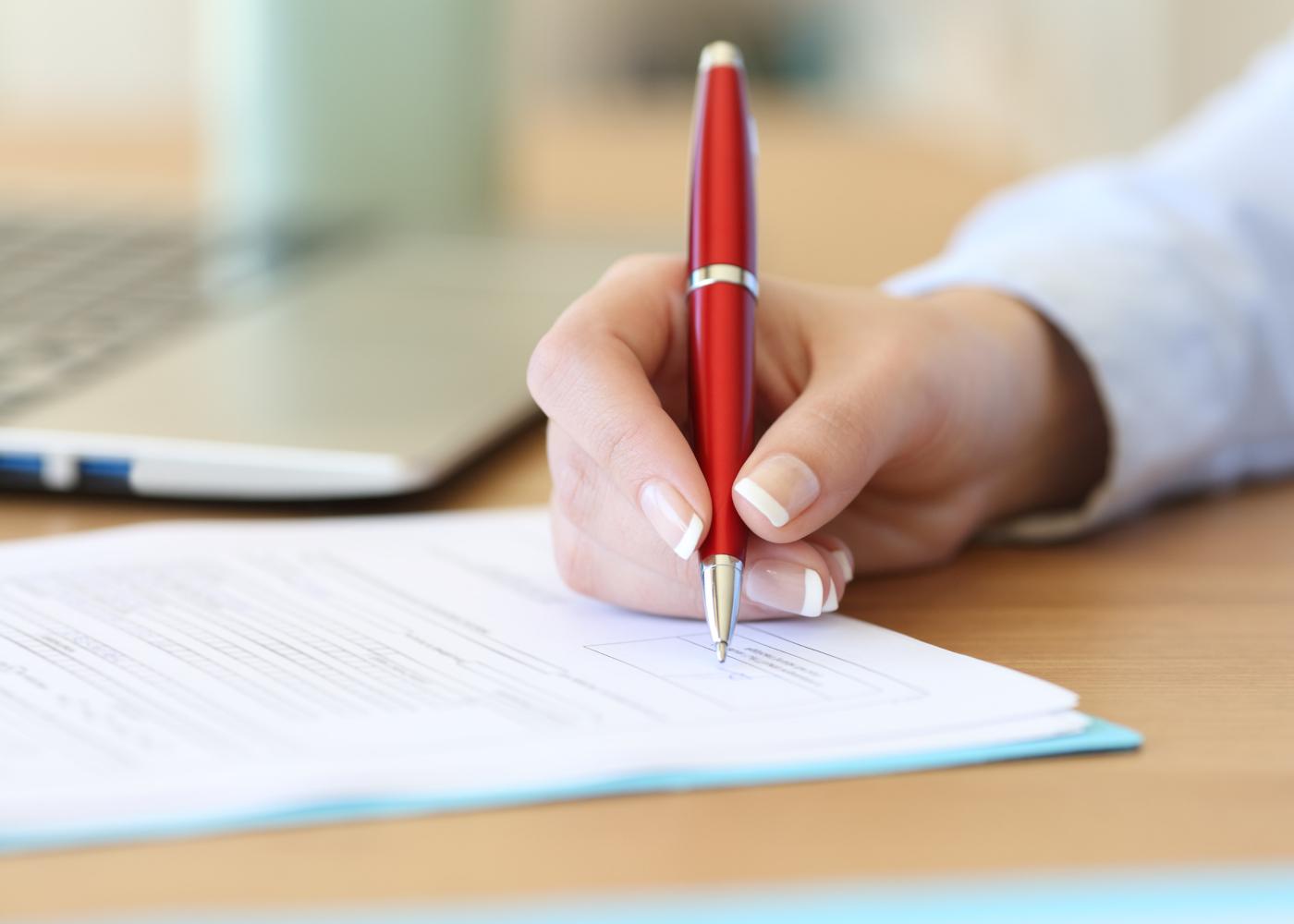 assistente tecnico a assinar documento