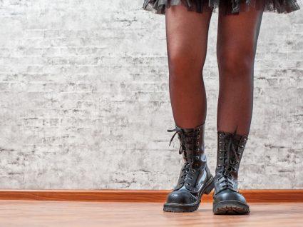Mulher com botas militares